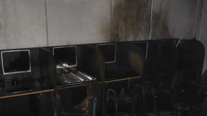 Трое в масках напали на охранника и подожгли зал с игровыми автоматами в Новосибирске