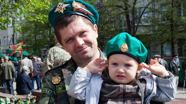 «Погранвойска — элита. Остальные — шурупы крученные»: армейские истории красноярских пограничников