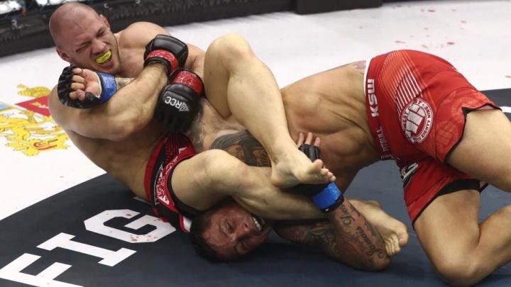 Непобеждённый Иван Штырков на турнире ММА одолел бразильца, в первом же раунде взяв его на болевой