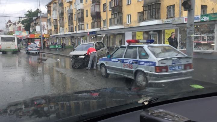 На проспекте Космонавтов после аварии легковушку вынесло на тротуар
