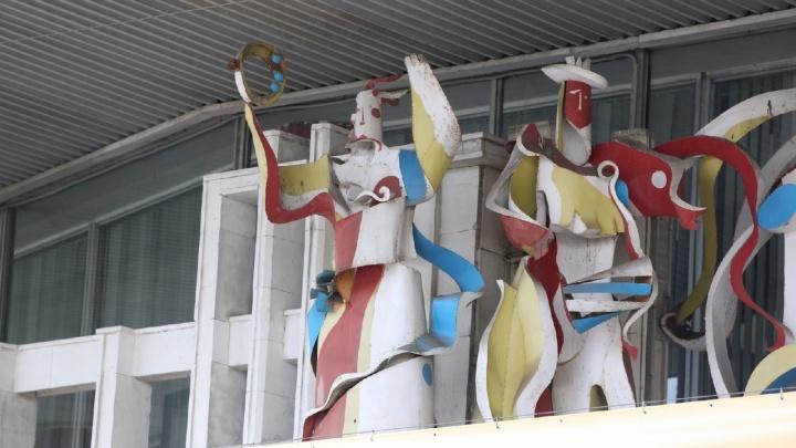 Теперь это увидят все: ТЮЗ приспустил баннеры на стенах, обнажив скрытые скульптуры