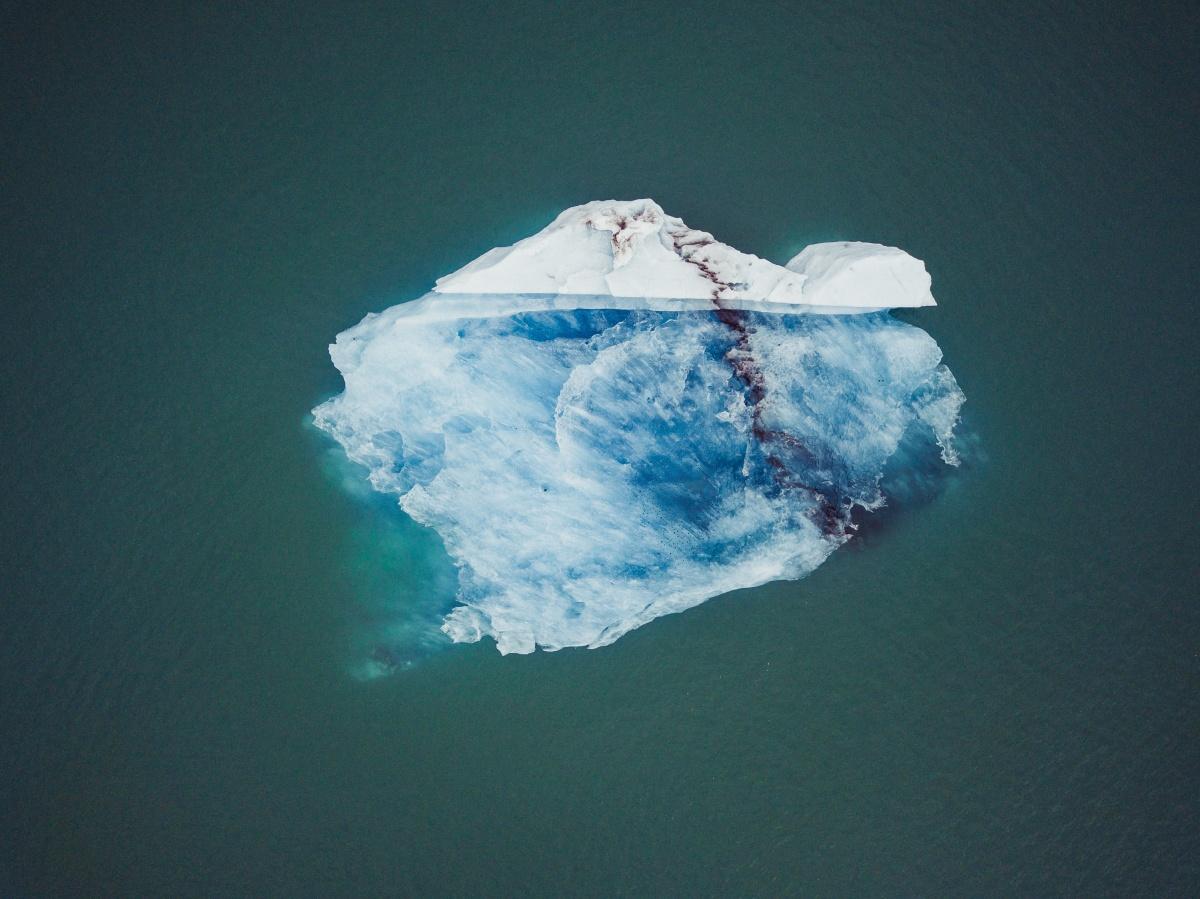 Айсберг с высоты кажется целым миром