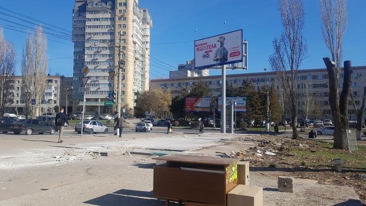 «Свято место пусто не бывает»: в центре Волгограда вместо снесенного киоска встал лоток с овощами