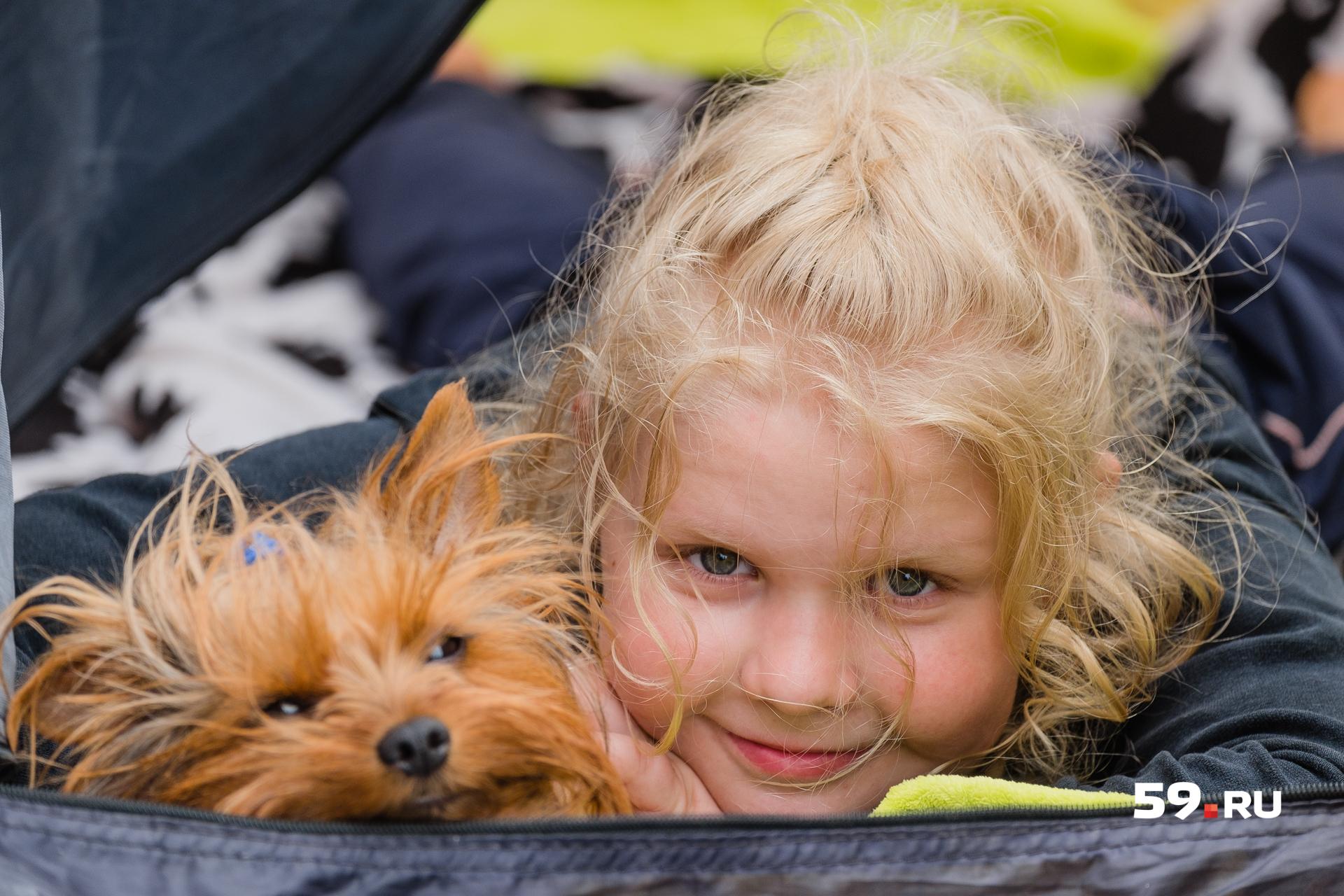 Летом провести пару дней в палатке для девчонок — это приключение. А потом обратно к бабушке