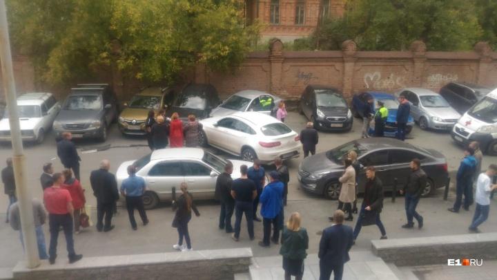 «Похоже, под наркотой»: на парковке у министерства АПК водитель Mercedes «собрал» три машины