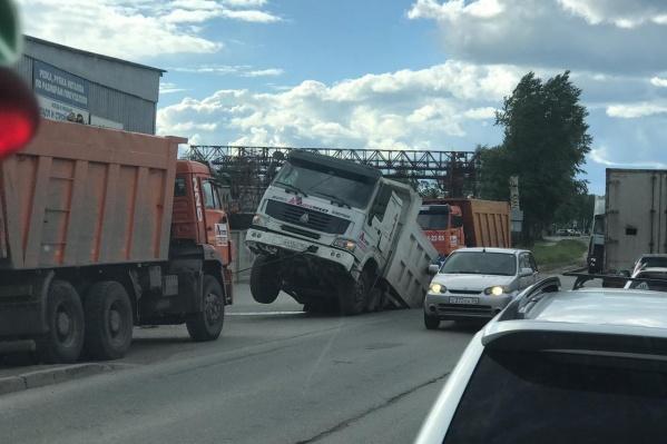 Автомобиль провалился в асфальт прямо у обочины дороги