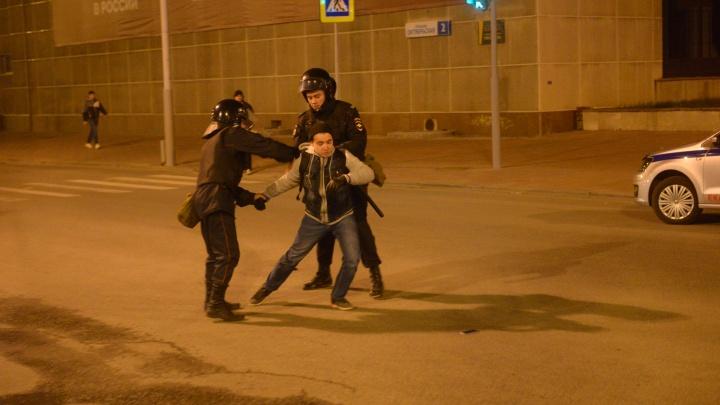 Третья акция в защиту сквера у Драмтеатра стала рекордной по задержаниям — больше 60 человек