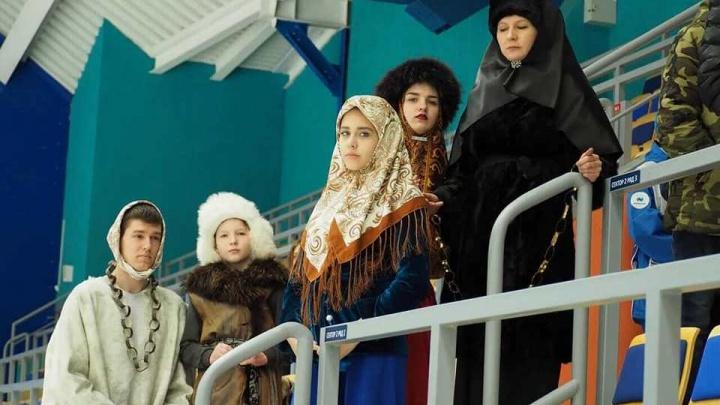 Подростки пришли на хоккейный матч наряженными в персонажей картин Сурикова