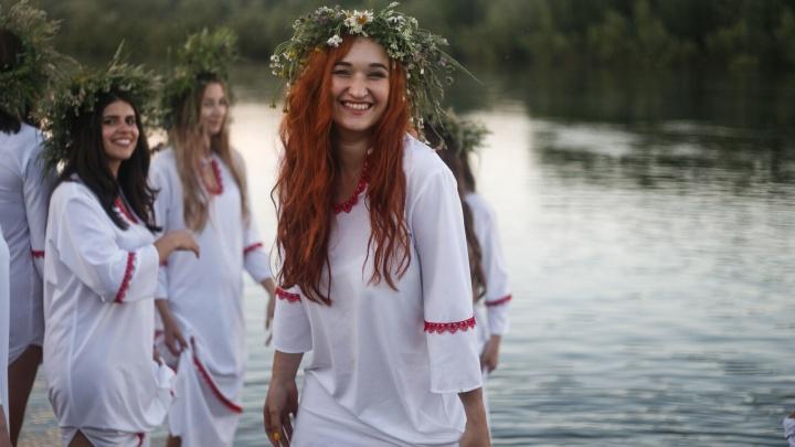 Пятнадцать красавиц из Новосибирска снялись в клипе на берегу Оби (видео)