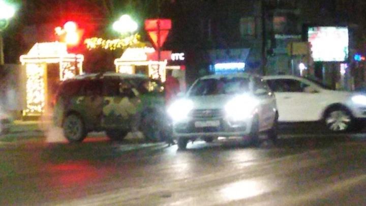 «Куда они только смотрят?»: на Комсомольской в Волгограде столкнулись два внедорожника
