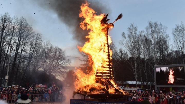 Наедаемся блинами и сжигаем чучело: онлайн-репортаж с празднования Масленицы в Екатеринбурге