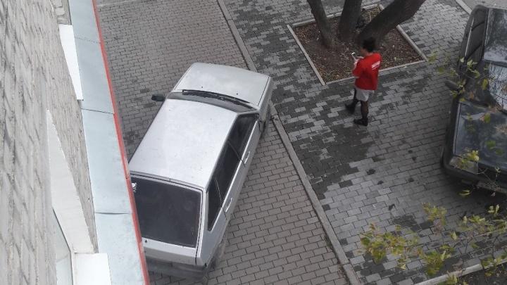 В районе автовокзала «девятка» скатилась с парковочного места прямиком в стену дома