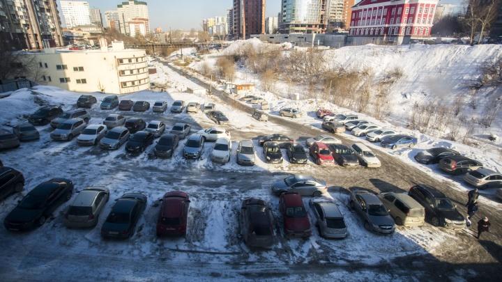 Власти отдали в частные руки парковку на Красном проспекте