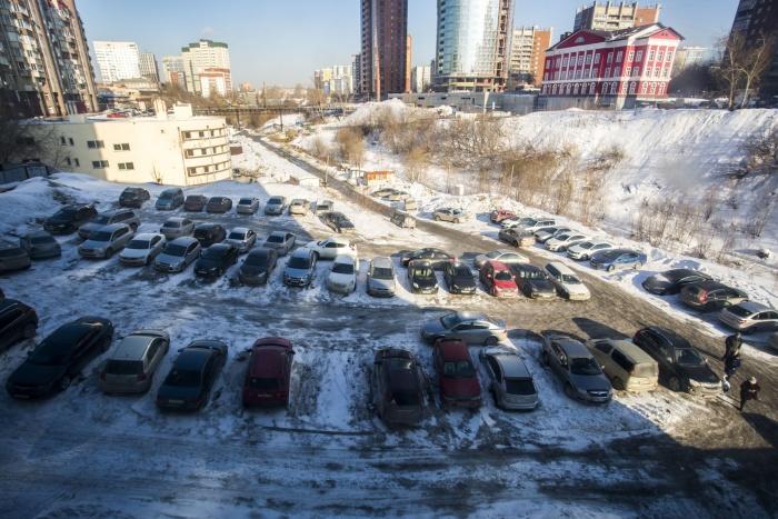 Городские власти решили обустроить стихийную парковку на Красном проспекте