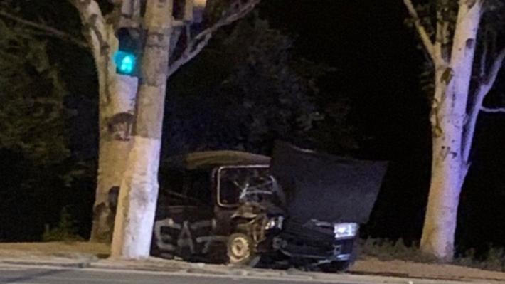Есть пострадавшие: в Волгограде «семёрка» протаранила светофор