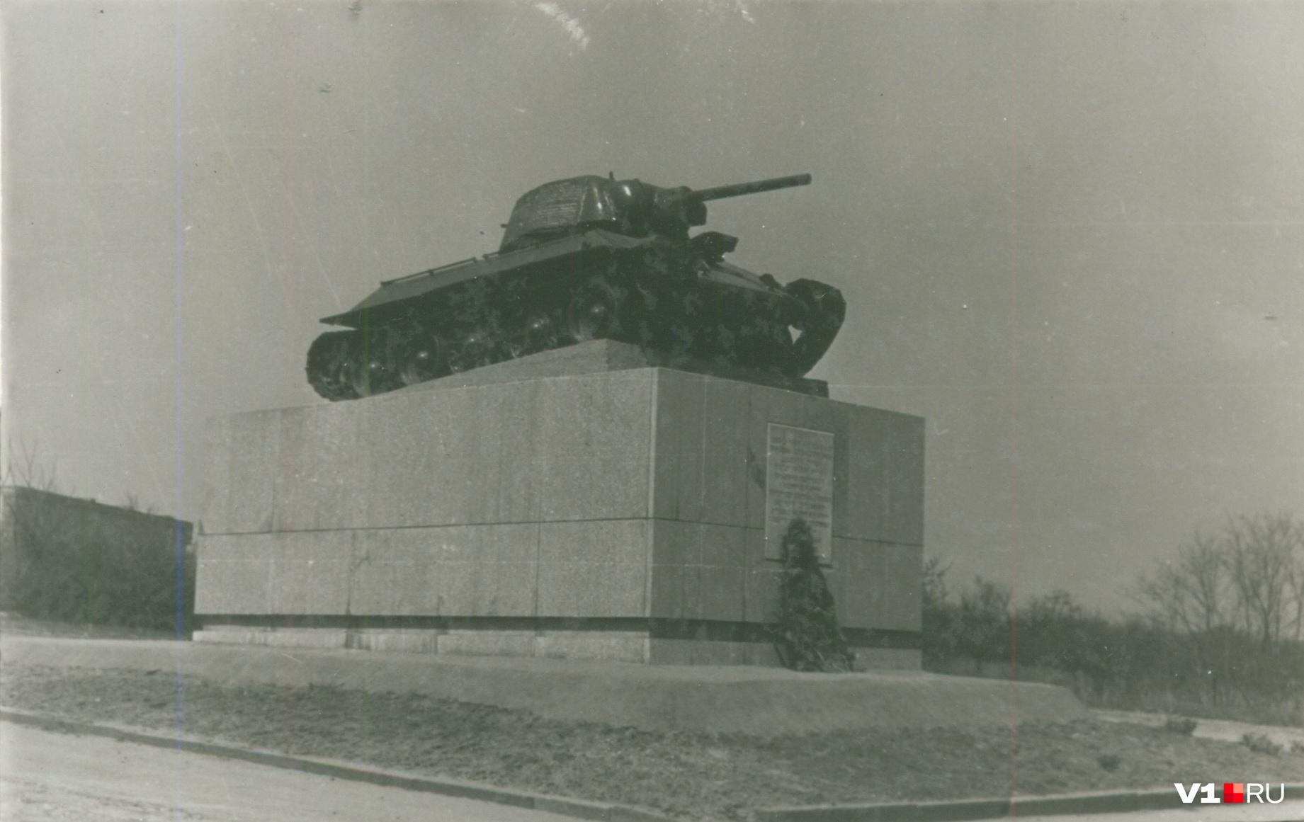 В советские годы за памятником следили и чтили венками