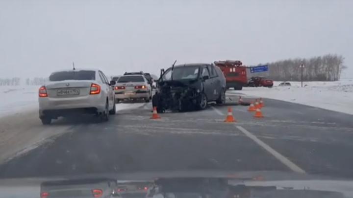 В лобовом столкновении на трассе под Омском пострадали четыре человека