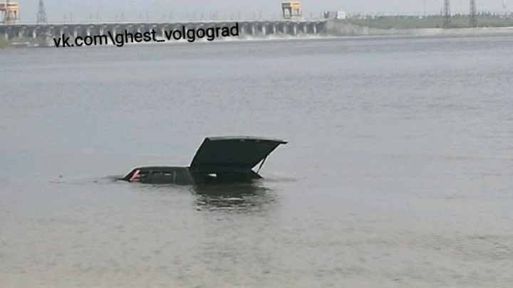В Волгограде на Спартановке в Волге утонул ВАЗ