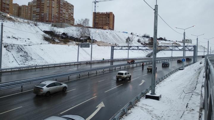 По новой развязке у 4-го моста открыли движение. Но сначала пустили колонну грузовиков