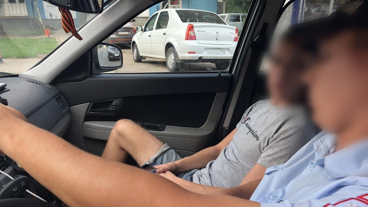 В салоне патрульного авто нарушитель пытался давить на жалость