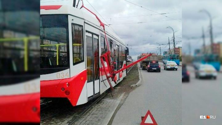 На проспекте Космонавтов у нового трамвая отвалился токоприемник и разбил два стекла