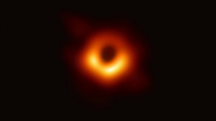 «Это дорога в один конец»: семь вопросов ученому о чёрных дырах
