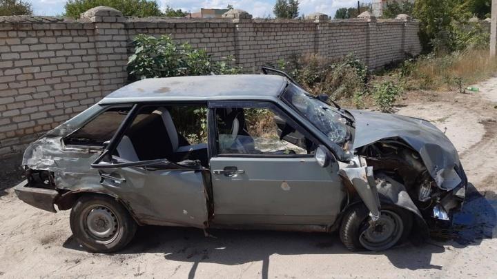 Под Волгоградом «девятка» протаранила кирпичный забор: пострадали четыре человека