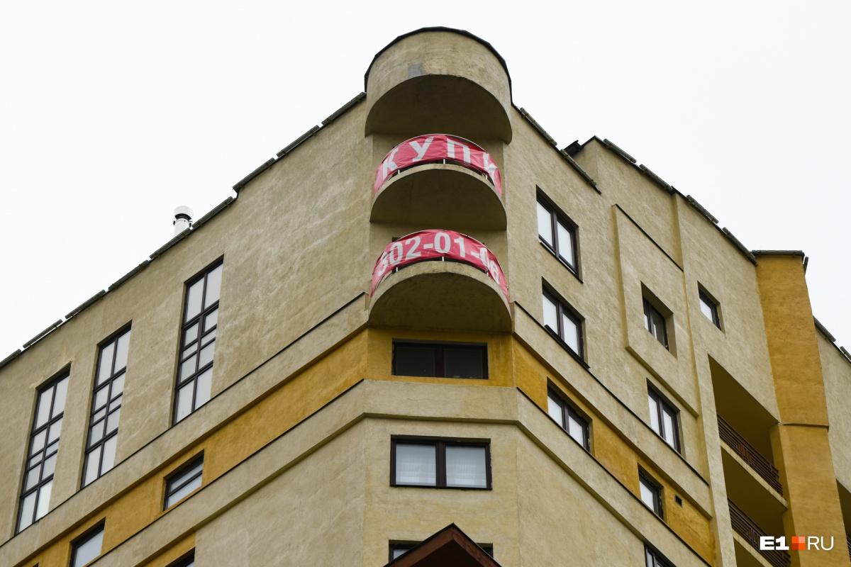 Пентхаус занимает три этажа в доме бизнес-класса: 15-й, 16-й и 17-й