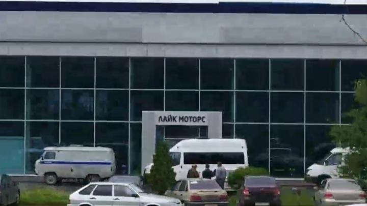 «Вынуждали покупать авто в два раза дороже». В полиции рассказали, зачем оцепили салон «Лайк-моторс»