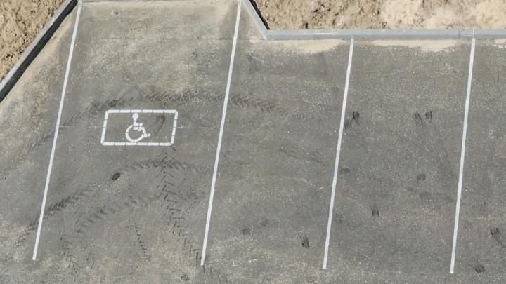 «А вдруг разобьют стекло?»: волгоградцы платят за парковку в собственном дворе