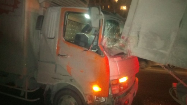 Самосвал и два грузовика собрались в «паровозик» на Дуси Ковальчук