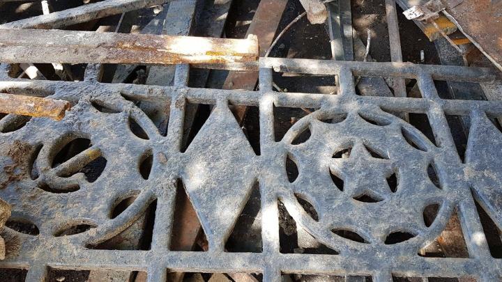 В центре Ярославля спилили старинное ограждение с серпами. И выкинули