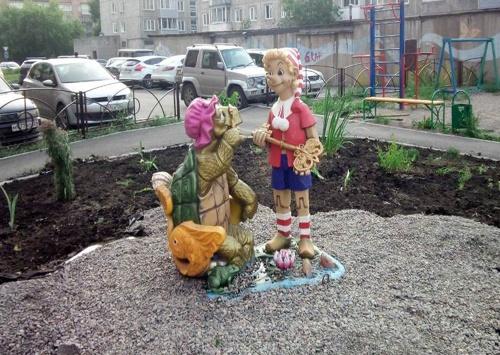 Во дворах левобережья появились скульптуры Буратино и пирата Сильвестра