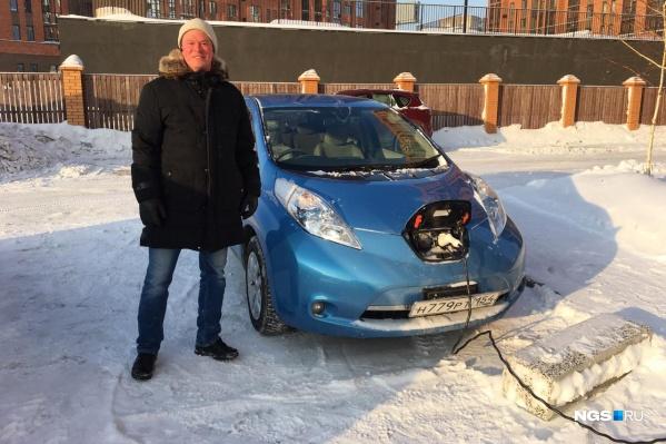 Владелец электромобиля Nissan Leaf Мирон Медведев пытается добиться права заряжать свою машину на подземной парковке