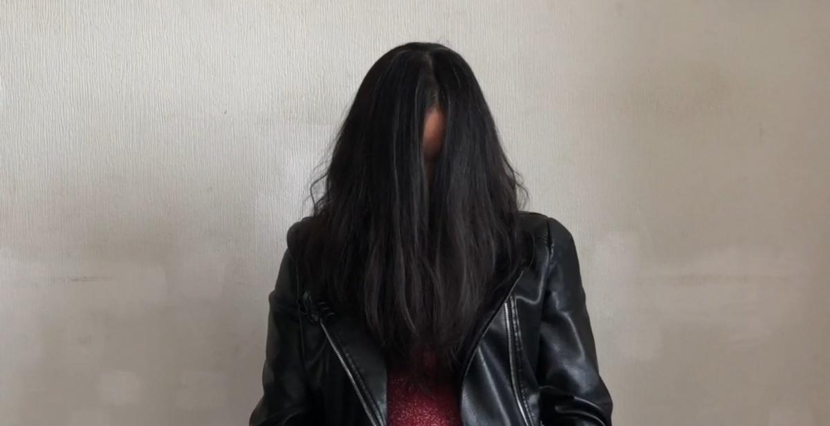 Девушки, задержанные за проституцию, стыдливо прятали свои лица от камер. Они прикрывались волосами и отворачивались, когда полицейские снимали их на видео