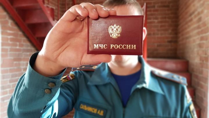 В Омске мошенники вымогают деньги под видом сотрудников МЧС: как отличить их от настоящих