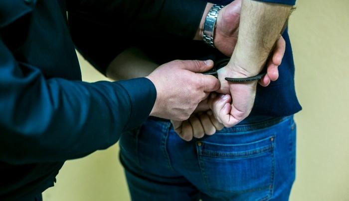За оскорбления толпа подростков расправилась с мужчиной: в ход шли вилки, уксус и табурет