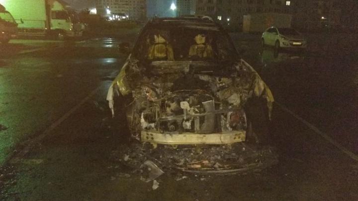 Во дворах на Титова вспыхнул автомобиль: машина выгорела полностью