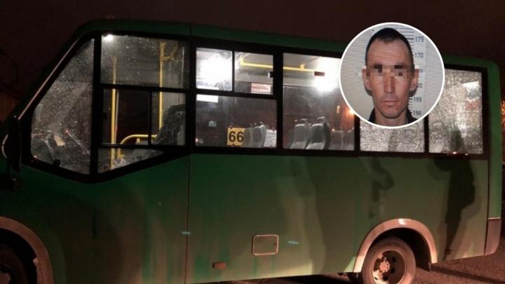 В Тюмени мужчина на легковушке обстрелял маршрутку, из которой выходили пассажиры
