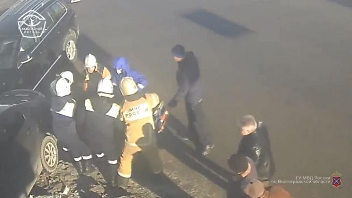 Один в больнице: в Волгограде на видео попала жесткая авария на перекрестке