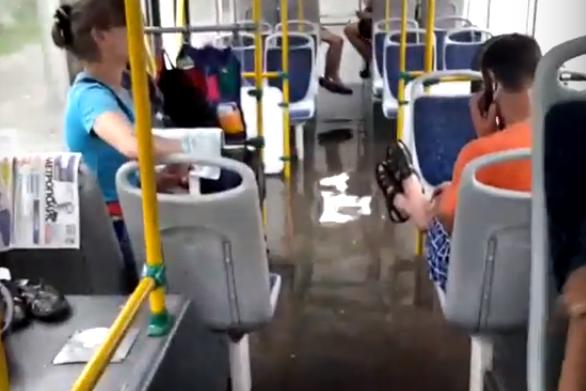 """Троллейбус <nobr class=""""_"""">№ 13</nobr> вечером 12 июля возле остановки&nbsp;«Ул. Ипподромская»"""