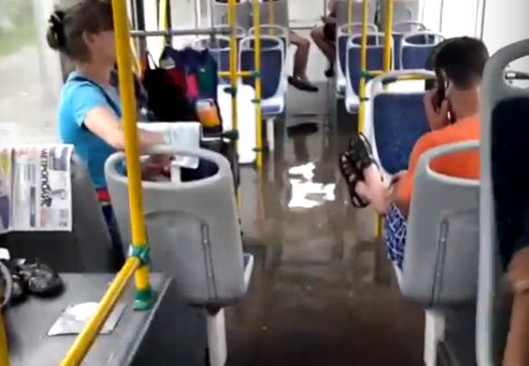 Салон троллейбуса затопило водой на Ипподромской