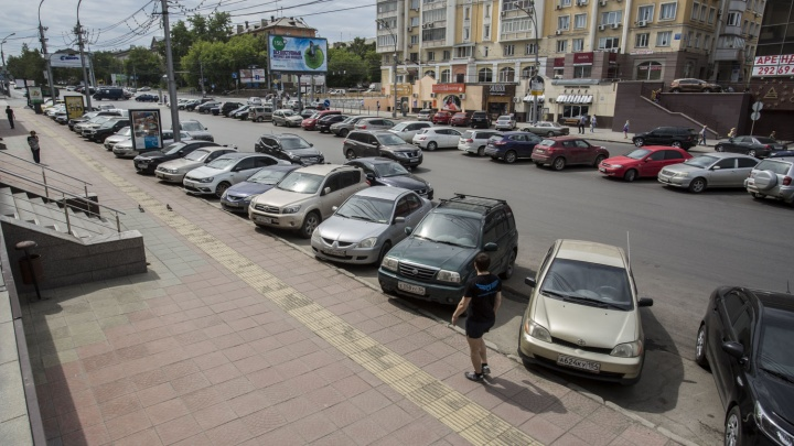 В ГИБДД рассказали о способах борьбы со стихийной парковкой на Красном проспекте