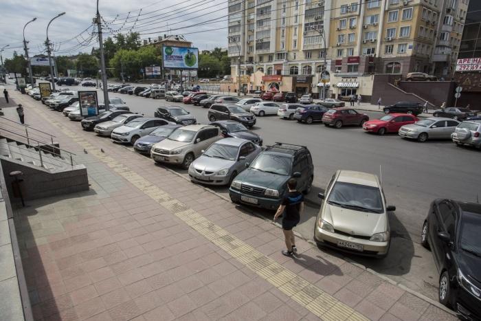 Незаконная парковка в середине проезжей части Красного проспекта