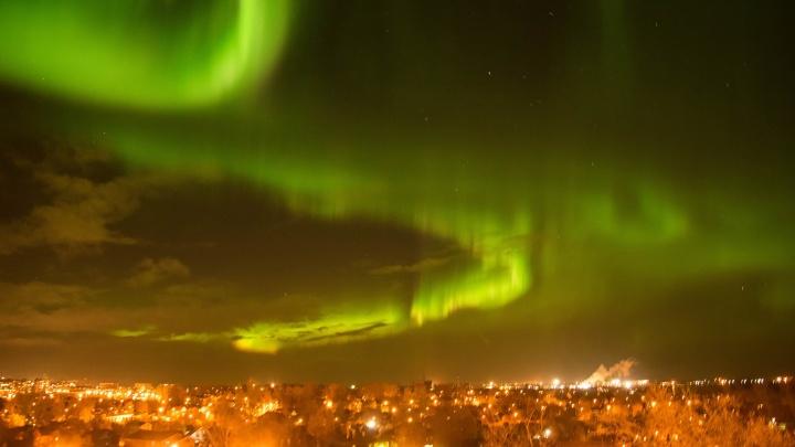 «Выйти из дома, чтобы...»: смотрим самые эффектные кадры северного сияния в небе над Архангельском