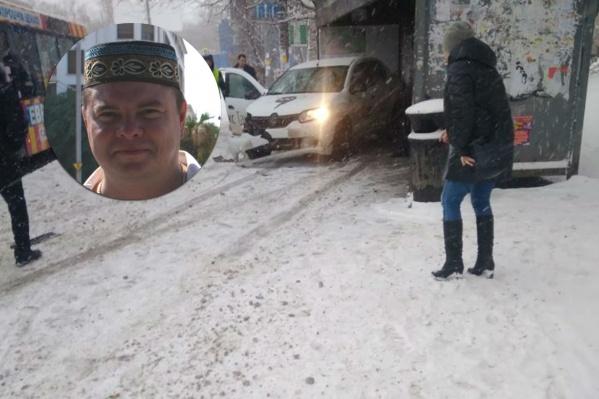 Дмитрий отскочил за долю секунды до столкновения такси с остановкой, после чего сделал фотографию