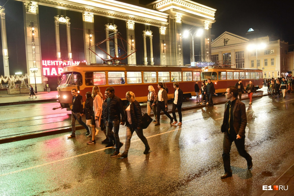 А горожане разъезжались по домам на транспорте, который этой ночью работал до 01:00