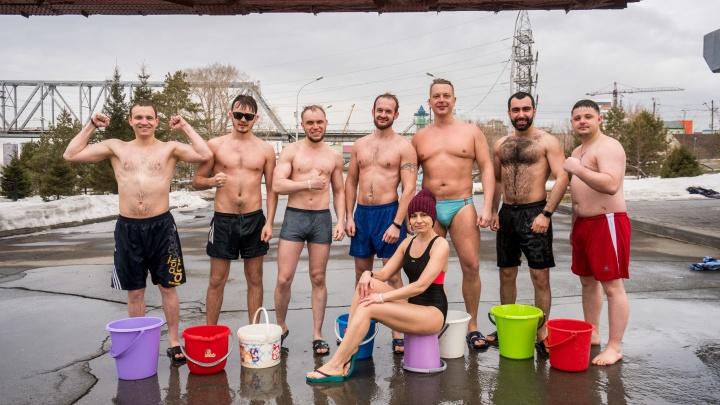 Видео: крепкие новосибирцы в трусах облились холодной водой на Михайловской набережной