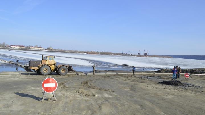 Тобольские водители преодолевают ледовую переправу вплавь