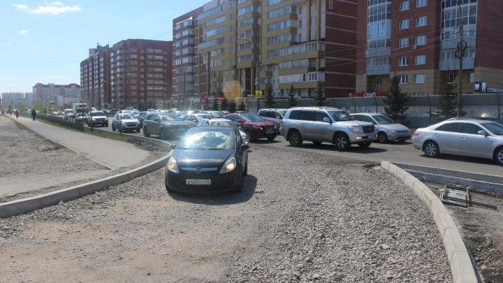На перекрестке с Водопьянова ставят знаки запрета поворота на 9 Мая. Все авто на дорогу-дублер